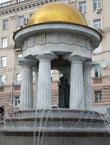 Памятник А.С. Пушкину и Н. Гончаровой (фонтан-ротонда) у Никитских ворот, рядом с храмом Вознесение Господне (Большое Вознесение). Фото - Г. Дубров.