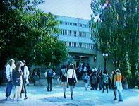 Студенты перед главным корпусом Пятигорского государственного лингвистического университета (большая перемена). 90-e.