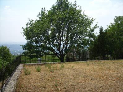 Место на территории Пятигорского некрополя, где, предположительно, был первоначально построен Лазаревский храм. Фото автора