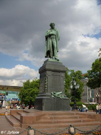 Памятник Пушкину работы А.М. Опекушина первоначально возвышался на Тверском бульваре... Фото - Г. Дубров.