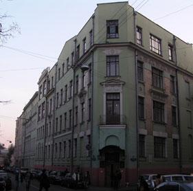 В 30-е годы школа № 110 располагалась в Мерзляковском переулке, 11, а не в Столовом, 10/2, как теперь. (Перейти на рассказ о встрече выпускников 110-й школы).